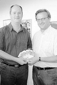 Eine Spende in Höhe von 500 Euro übergab Thomas Döhler (links) an Lebenshilfe-Geschäftsführer Berthold Kellner